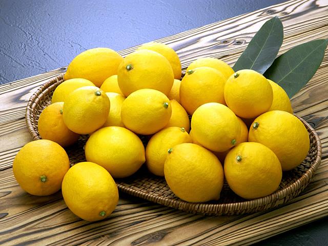 笊に入ったマイヤーレモンの写真
