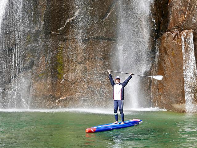 滝壺でのSUPボートの写真